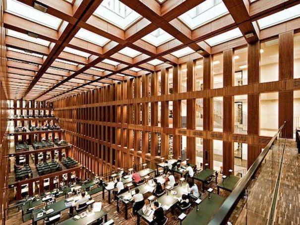 Bibliothèque d'État de Berlin (Allemagne) Erigée sur le Kulturforum, cet ensemble d'édifices culturels construits aux limites du mur au lendemain de la Seconde Guerre mondiale, la bibliothèque d'Etat a été conçue par Hans Scharoun.