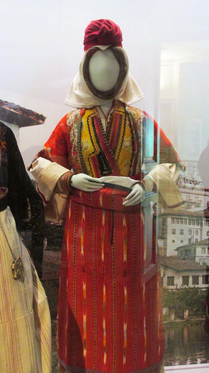 Παραδοσιακή φορεσιά παντρεμένης απο το Βελβενδό Κοζάνης . Παραδοσιακή φορεσιά παντρεμένης απο το Βελβενδό Κοζάνης./(Λαογραφικό και Εθνολογικό Μουσείο Μακεδονίας