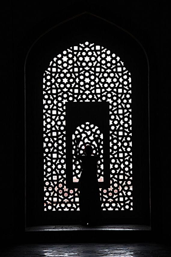 Donna all'interno Humayun Tomb, Delhi. Foto di Samuele Fracasso