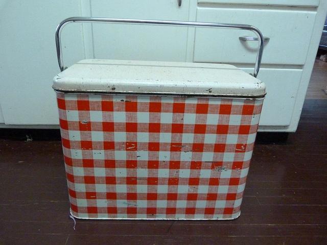 Vintage picnic cooler 001