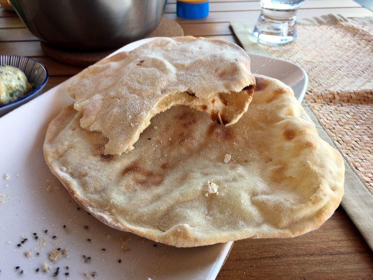 #Naanbrood is een eenvoudig soort #brood, bekend als bijgerecht, uit de Indiase keuken.
