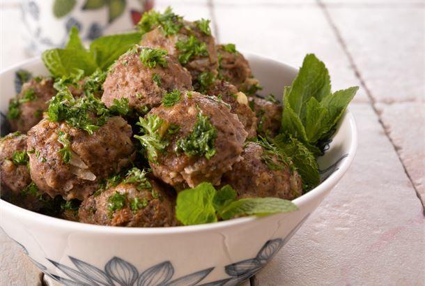 Yrtti-jauhelihapullissa maistuu välimerelliset maut, kuten valkosipuli, minttu ja salaattijuusto. Myös lampaan jauheliha sopii näiden lihapullien makumaailmaan. Massasta tulee n. 35 lihapullaa http://www.valio.fi/reseptit/yrtti-jauhelihapullat/ #resepti #ruoka
