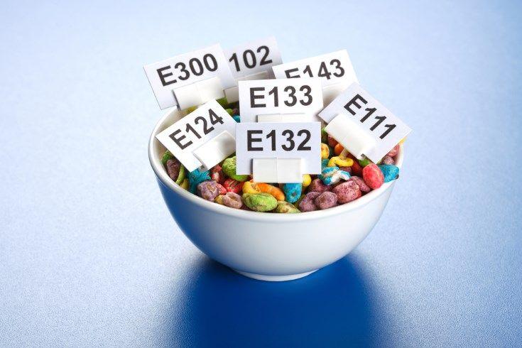 Los aditivos en la alimentación son los colorantes, los potenciadores del sabor, los conservantes, los antioxidantes, los espesantes y los edulcorantes.