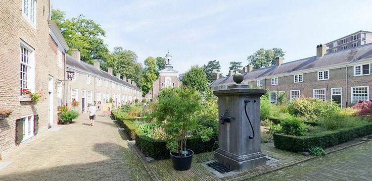 Aan dit mooie hofje in het centrum van Breda vind je 31 huisjes waarin alleenstaande vrouwen wonen. In het midden vind je een kruidentuin en ook de Begijnhofkerk is een bezoek waard! http://www.bredatoer.nl/panoramas/b/begijnhof