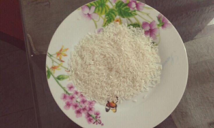 Aunque ofrece un beneficio nutritivo mínimo, el arroz blanco sí ofrece un poco de proteínas por porción.