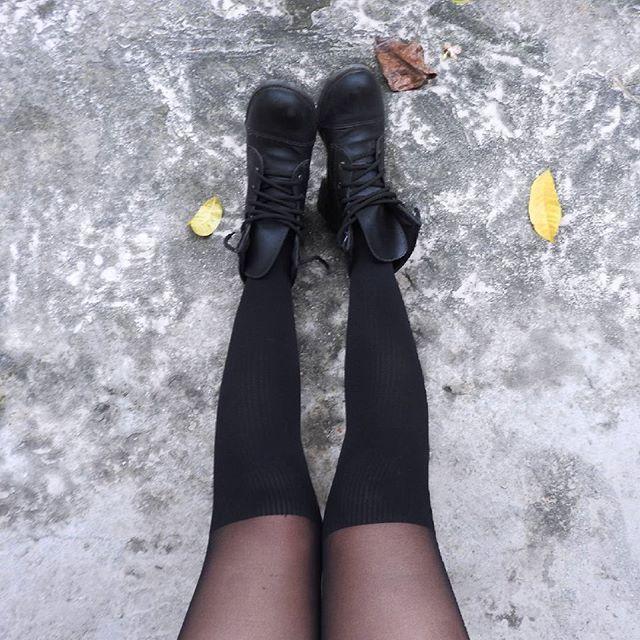 Friozinho #frio #nublado #cinza #concreto #meiacalça #meias #meiapreta #botas…