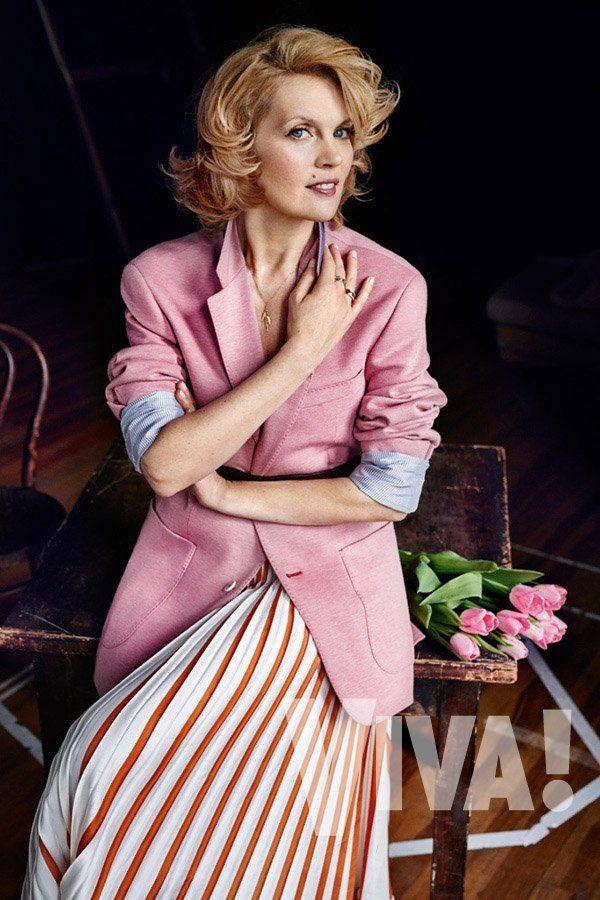 Dorota Chotecka w różowej spódnicy i żakiecie