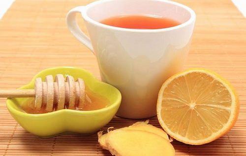 Miel-de-abejas-limón-jengibre,  ELIXIR MATUTINO DE LIMON.ACTIVA LA PÉRDIDA DE PESO EN LAS MAÑANAS CON ESTE TRUQUITO Ingredientes: – 1 cuarto de taza de agua de temperatura – Jugo de 1 limón – 1 cucharadita de vinagre de sidra de manzana – 1 cucharadita de miel cruda – 1/2 pulgada de raíz de jengibre fresco o 1/4 cucharadita de jengibre molido. Prepa: Se licua todos los ingredientes y se guarda en un recipiente de vidrio en la nevera. Debes tomar de este remedio, tres cucharadas soperas