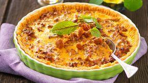Njut av läckra kantareller i en krämig paj med köttfärs och lagrad ost. Lika gott till vardag som till fest!