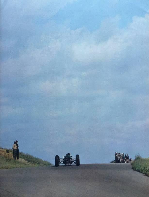 Jim Clark (Lotus-Climax 25) entre les dunes et la Mer du Nord sur le chemin de la victoire au Grand Prix des Pays - Zandvoort 1963 (Ph. © Yves Debraine) - source - UK Racing History.