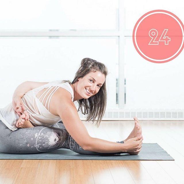 Ardha baddha padma paschimottanasana (demi lotus lié en flexion avant) : Étire et assouplit les muscles des jambes, du dos, allège la lourdeur du corps, amincit la taille, les hanches, les cuisses. Assouplit l'articulation de la hanche. 🙏🌟 #ardhabaddhapadmapaschimottanasana #souplesse #yoga #yogalife #etirement