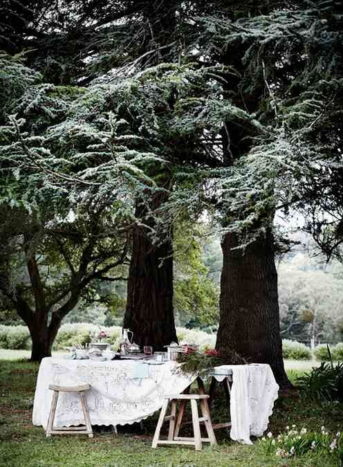 Country entertaining al fresco. By Sharyn Cairns. Via The Countryphiles