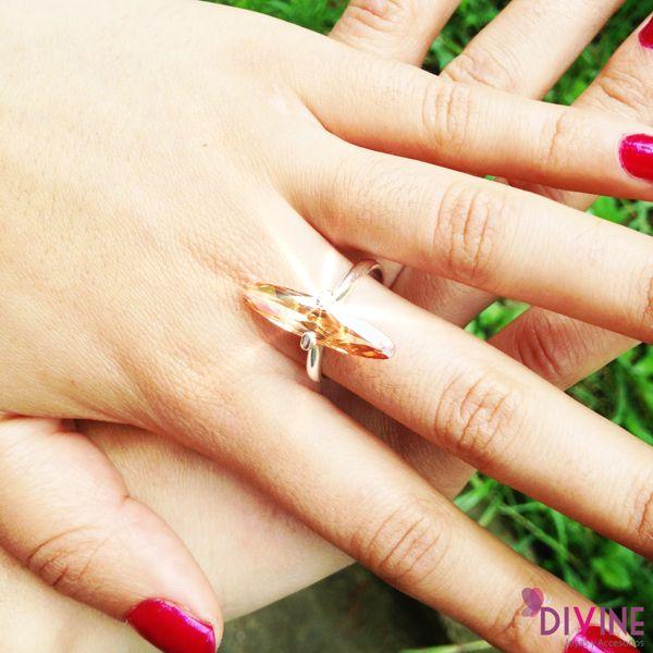 El anillo Rayo de Lyz elaborado, le da a tus manos elegancia y firmeza al mismo tiempo. Precio: $35.200