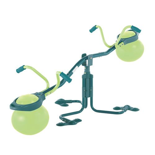 Cette balançoire est géniale ! Non seulement elle monte et descend, mais elle tourne en même temps ! La barre centrale ajustable permet à deux enfants de poids différent de jouer ensemble. Les sièges sont confortables grâce à l'amorti du ballon, elle s'installe très facilement et son petit plus : un design très réussi !