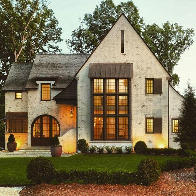 Warm light, warm brick exterior. Gorgeous home in North Carolina designed by Mark Kirby featuring Romabio Classico Limewash in Riposo Beige, now available the @homedepot or on our website (link in bio). . . #limewashbrick #classicolimewash #RomabioPaints #RomabioClassicoRiposoBeige #ClassicoRiposoBeige #BrickHouse #SouthernLiving #brick #limewashedbrick #Romabio
