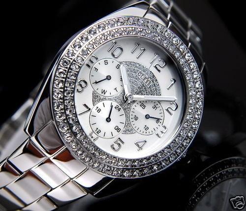 Hodinky značky Guess model G11040L. Hodinky majú analógový ciferník s guľatým tvarom púzdra so Swarovski kryštálikmi. Kolekcia GUESS od designera Marciana ponúka množstvo hodiniek pre mužov a ženy rôznych štýlov. Jeho hodinky sú módne a veľmi nápadité, vďaka čomu sa vo svete módy táto značka stala hnacou silou. Dámske hodinky Guess model G11040L