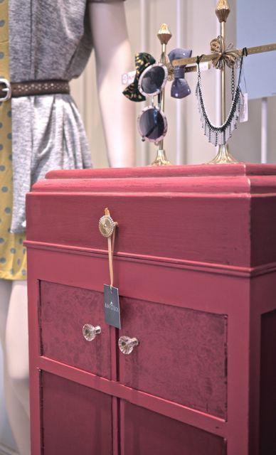 Grammophon-Schrank Eingefasst in Rot mit Goldschimmer