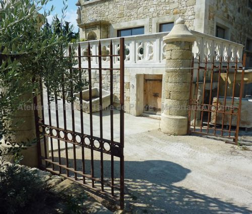 """Portail ancien élégant avec deux portes anciennes aussi nommées """"vantaux""""."""
