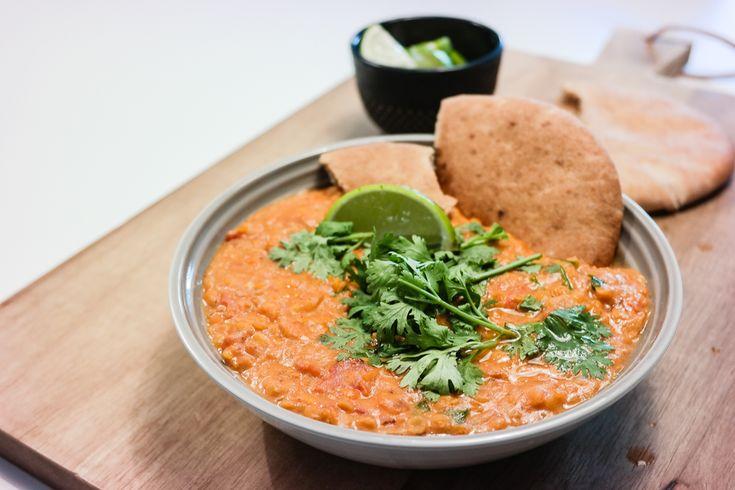 Prøv en varmende og vegansk linsegryte med kokosmelk, koriander, ingefær og røde linser til middag. Koriander, pitabrød og lime er perfekt tilbehør.