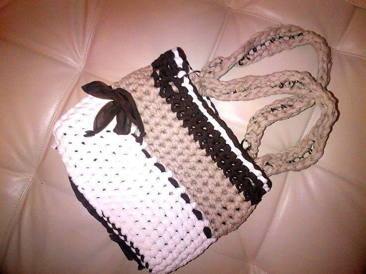borsa realizzata con filati di fettuccia di tonalità diversi e manici con catena ricoperti