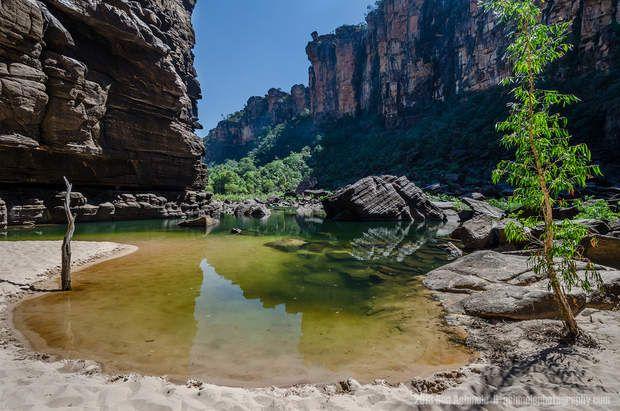 Le parc de Kakadu est le plus grand parc national d'Australie. Il se trouve à environ 200 kilomètres de Darwin, dans la région du Territoire du Nord. Ces lieux, habités depuis 50 000 ans, portent encore les traces rupestres de leurspremiers occupants. De nombreux Aborigènes vivent d'ailleurs toujours dans le parc, où ilsperpétuent destraditions artistiques millénaires.