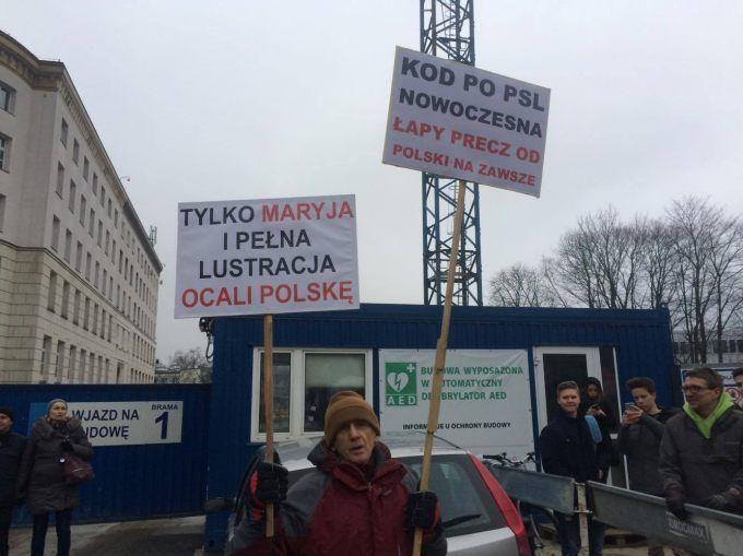 Trwają protesty pod Sejmem. Kaczyński chce rozmawiać z mediami. PAD chce łagodzić nastroje. Premier o 20.00 wystąpi w TVP.
