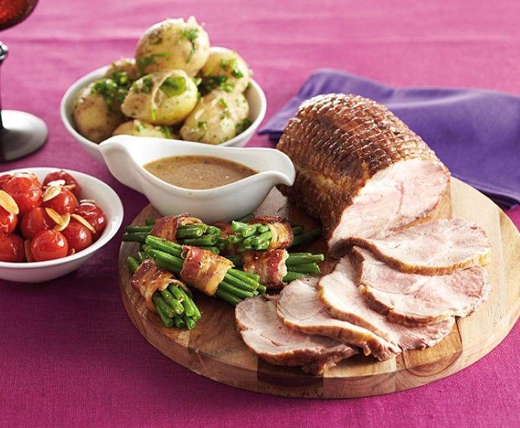 Hoe maak je een lekker sappige Oudhollandse schouderrollade? Met dit recept wordt jouw kerstdiner zeker een succes. Lekker met haricots verts in spek, gebakken tomaatjes en aardappeltjes.