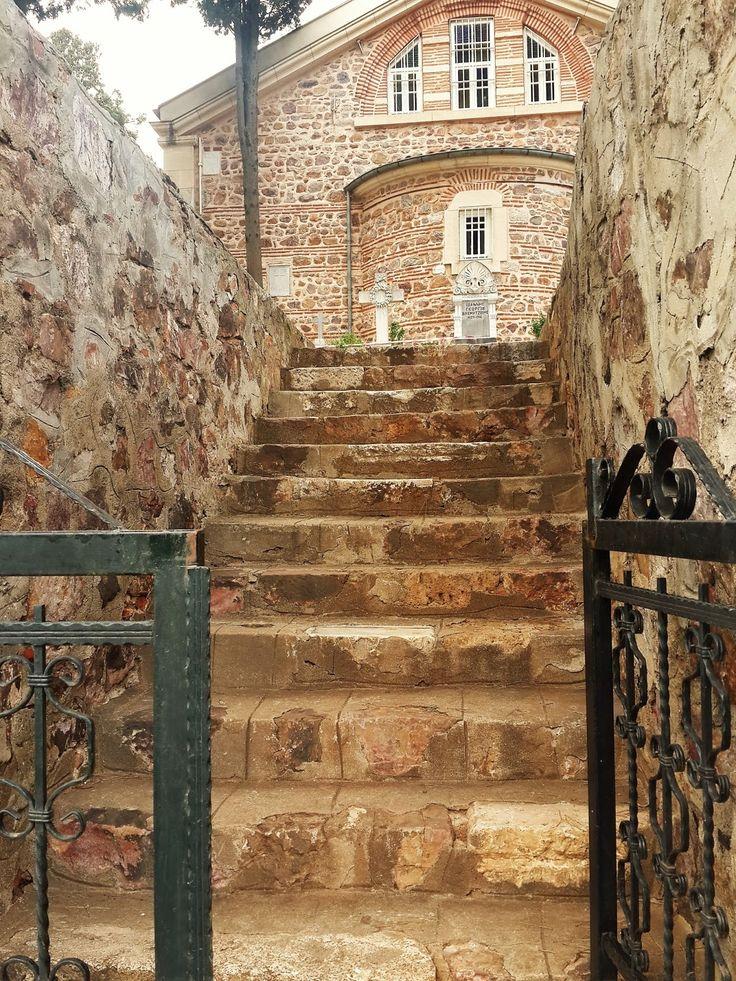 Ayatriada Manastırı/Heybeliada/İstanbul///Lisesi, kilisesi, kütüphanesi, ikonaları, mezarlarıyla  önemli olan bu manastır, İstanbul Patriği Aziz Fotios tarafından 9'uncu yüzyılda kuruldu. Ortodoks inancına göre kutlanan 6 Şubat'taki Aziz Fotios Yortusu, manastırın da kuruluş bayramı. Ayatriada Manastırı, Hıristiyanlığın Kutsal Üçlüsü'ne, baba-oğul-kutsal ruha, ithaf edilmiştir.