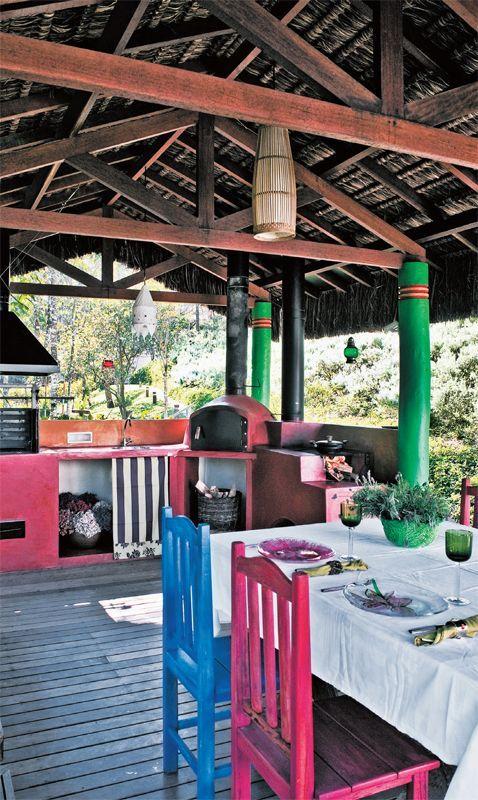 No pavilhão gourmet, a descontração vem dos tons alegres nas colunas de eucalipto autoclavado (tratado contra fungos e umidade) e na bancada de alvenaria.