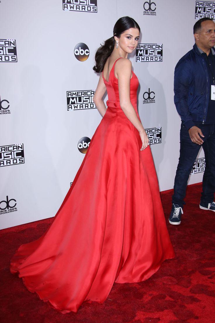 Selena Gomez is a princess in Prada at the AMAs 2016.