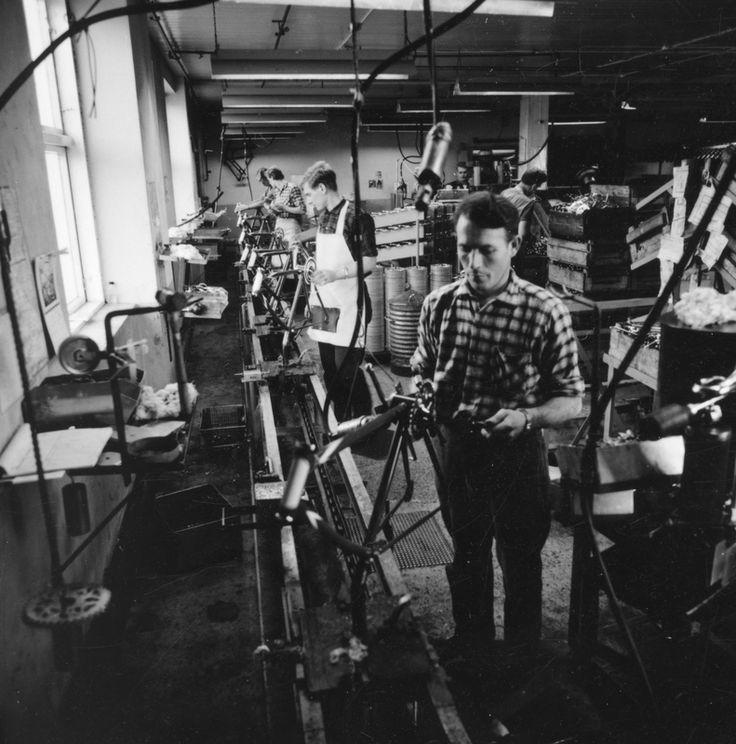 Fra sykkelmonteringsavdelingen til Jonas Øglænd AS i Sandnes, Solaveien: montering av sykkelrammer