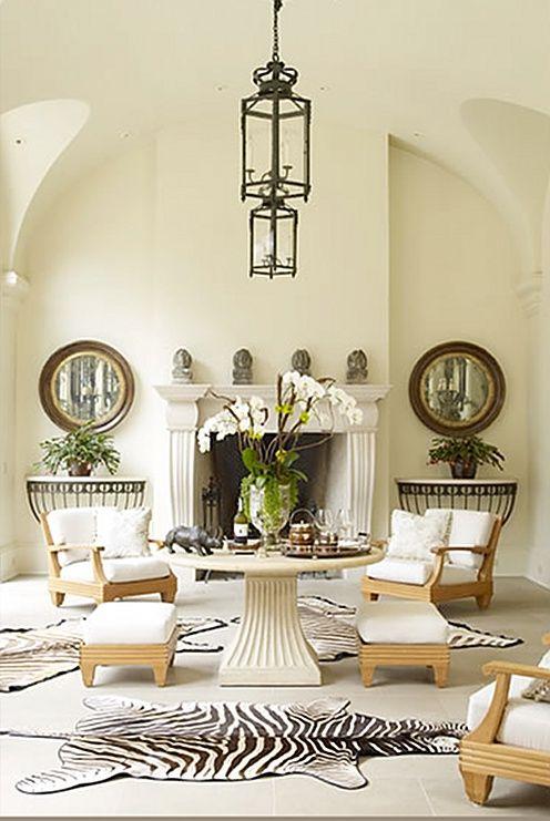 Красивая столовая с камином и шкурой   #белый #зебра #зеркало #камин #консоль #столовая #шкура