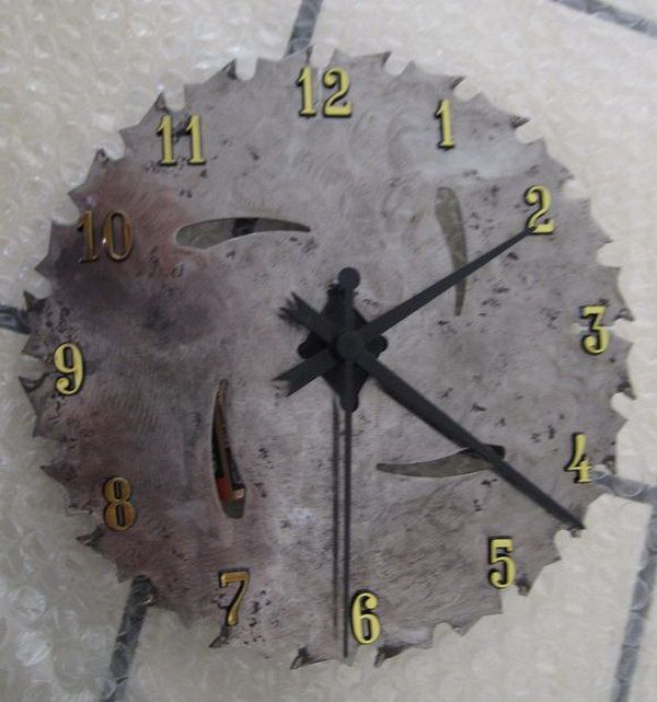 What a cool gift idea for men with this DIY saw blade clock. http://hative.com/diy-wall-clock-ideas-for-decoration/