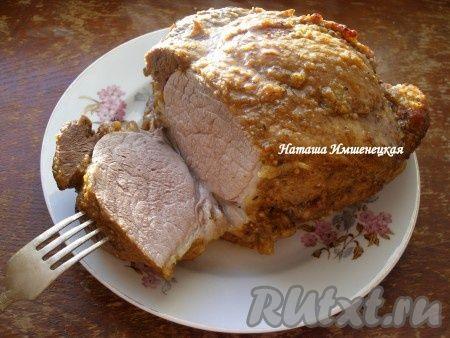 Очень аппетитная, сочная запеченная свинина готова.