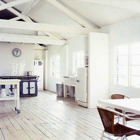 De vloer is eenvoudig. Er ligt een honderd jaar ouden houten vloer, die we gaan opschuren en witten.