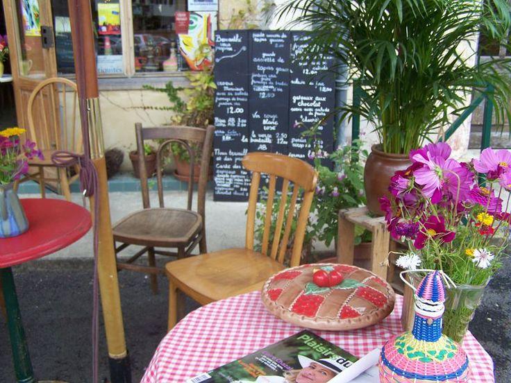 """Un lieu tout à fait atypique à Aignan : """"Brocanthé La Belle Histoire"""". Un salon de thé/petit restaurant, qui fait aussi brocante ! Un lieu haut en couleurs :)  #TourismeGers #SalondeThé #TeaTime"""