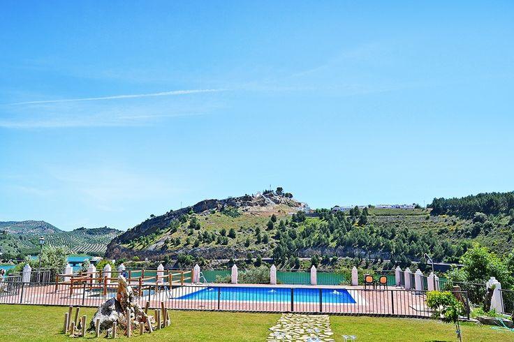 Description: Klein gemoedelijk gastvrij en in een prachtige omgeving  Een eiland Klein gemoedelijk en gastvrij met een zwembad en het grootste meer van Andalusië voor de deur. Achter een bomenrij een knus strandje met wat ligstoelen en parasols. Dat is Hotel Caserio de Iznajar. Vriendelijk en in Spaanse stijl ingericht een binnenpatio waar je ?s morgens je ontbijt gebruikt en kamers die rust uitstralen. Je hebt er het gevoel alsof je op een eiland bent.  Dicht bij Iznajar Hotel Caserio de…