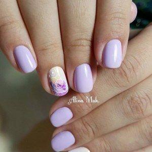 Бледно-сиреневый маникюр с цветком на ногте безымянного пальца