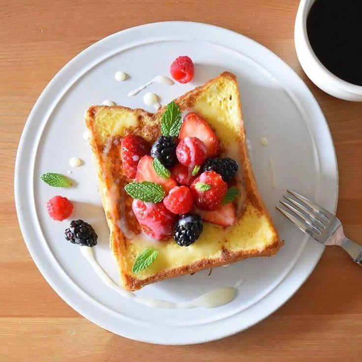 Today's breakfast. ベリーが色々、私には豪華なフレンチトースト。珍しく主人が買ってきたいちごに、頂き物のラズベリーとブラックベリー(@choc0latinaさんありがとうございました!)、たっぷり入って50円だったミント。しっかり甘くて濃いクリームチーズのアイシングがけで。 朝は娘が起きてからはEテレになるので、最近はその前のお弁当や朝ごはんの準備中に、「今日はこれ!」のその日の一曲を選んで聴くようにしています。今朝の一曲は、モンティ・パイソンの「Always look on the bright side of life」。