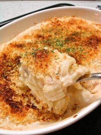 豆腐を具材にホワイトソースをかけて仕上げたオーソドックスな豆腐グラタンレシピ。 アツアツのお豆腐がホワイトソースに絡み、とろけるような食感です。