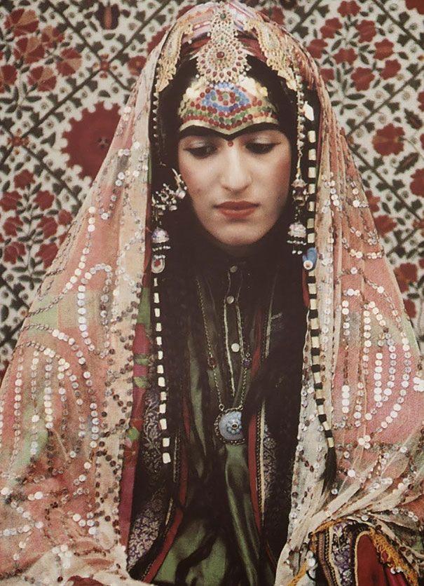 Se cree que los judíos viven en Afganistán desde hace unos 1500 años. Sin embargo, hoy queda solamente un judío en el país (Zablon Simintov, nacido en 1959 en Herat). Tradicionalmente las novias en las ceremonias de boda llevaban un velo y adornos, también henna en sus manos y pies, y lentejuelas en su frente.