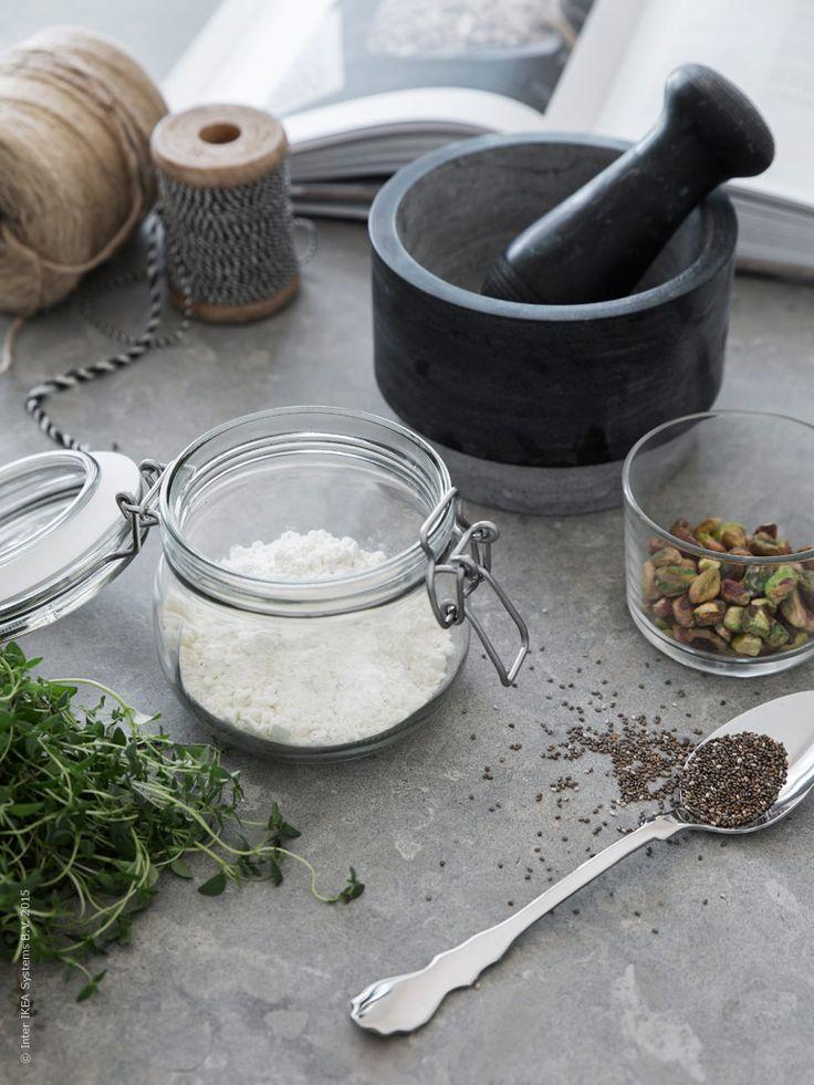 Genuina materialval med tyngd gör sig extra bra på köksbänken. ÄDELSTEN mortel, KORKEN burk med lock, IKEA 365+ glas och sked ur bestickserien SKUREN. Ett fint exempel på ett välkänt formspråk i en ny modern tappning.