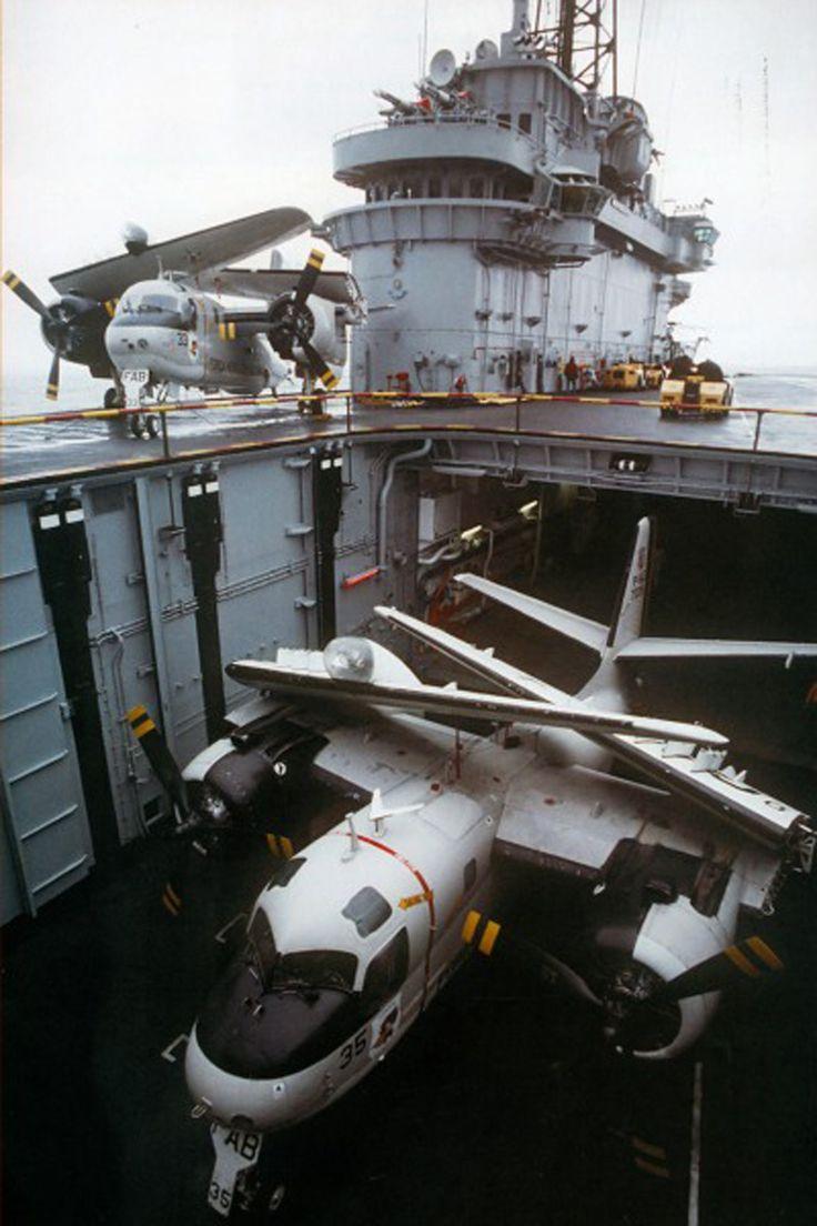 Os aviões ficam guardados abaixo do convés (Foto - Marinha do Brasil)