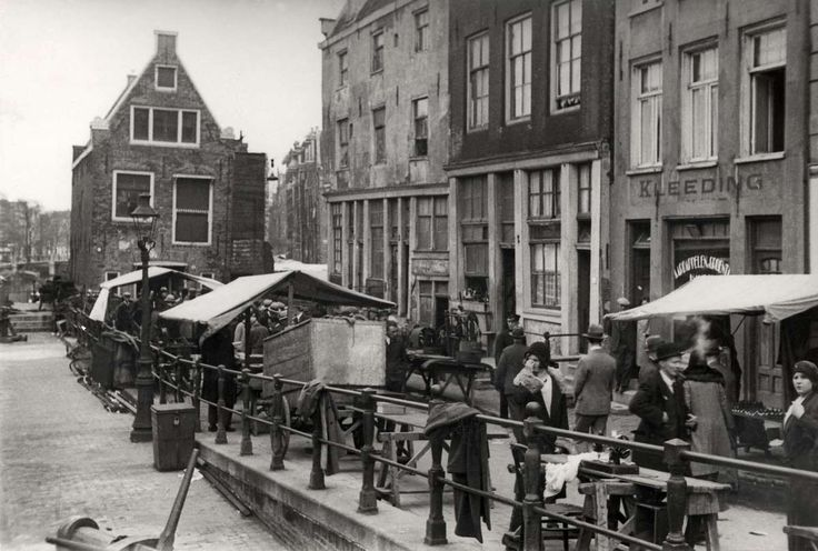 1935 - 1940. Sunday market at the Joden Houttuinen (Jodenhoek) in Amsterdam. In the background the Goslerhuis next to the Sint Antoniesluis. The Jodenhoek was prior to nazi occupation a neighborhood where many Jews lived. It was comprised of the Jodenbreestraat, Uilenburg, Vlooienburg, Waterlooplein, Rapenburg and the Nieuwe Herengracht, later also the Nieuwmarkt, Sint Antoniesbreestraat, the Plantage, Weesperstraat and Weesperplein up to the Nieuwe Kerkstraat. #amsterdam #1940…