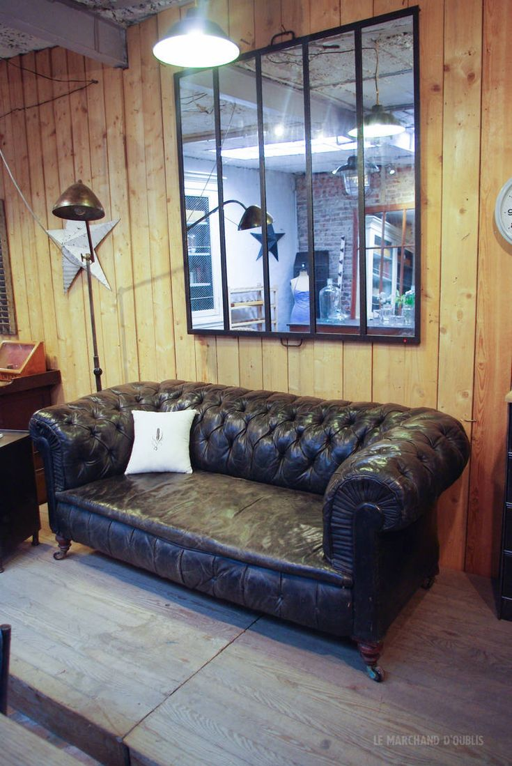ancien canap chesterfield en cuir par le marchand d 39 oublis chesterfield pinterest canap s. Black Bedroom Furniture Sets. Home Design Ideas