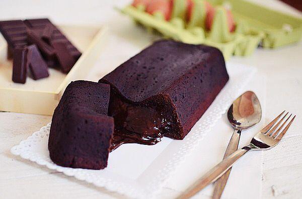 Η απόλυτη συνταγή για όσους δεν ζουν χωρίς σοκολάτα, όπως και ο υπογράφων! Είναι πολύ εύκολο και το μυστικό του για τη ρευστή σοκολάτα που ρέει σαν καυτή λάβα βρίσκεται στο ψήσιμο! Γίνεται χωρίς μί...
