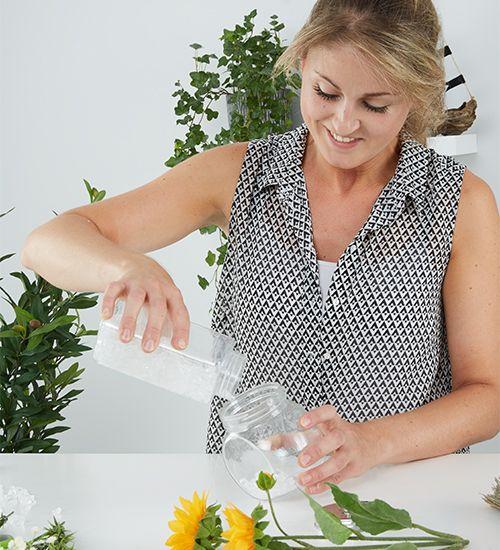 Öllampen für die Terrasse oder Garten ganz einfach selber machen. Mit Dekoblumen und einfachen Speiseöl :-) Anleitung findest du am Blog.