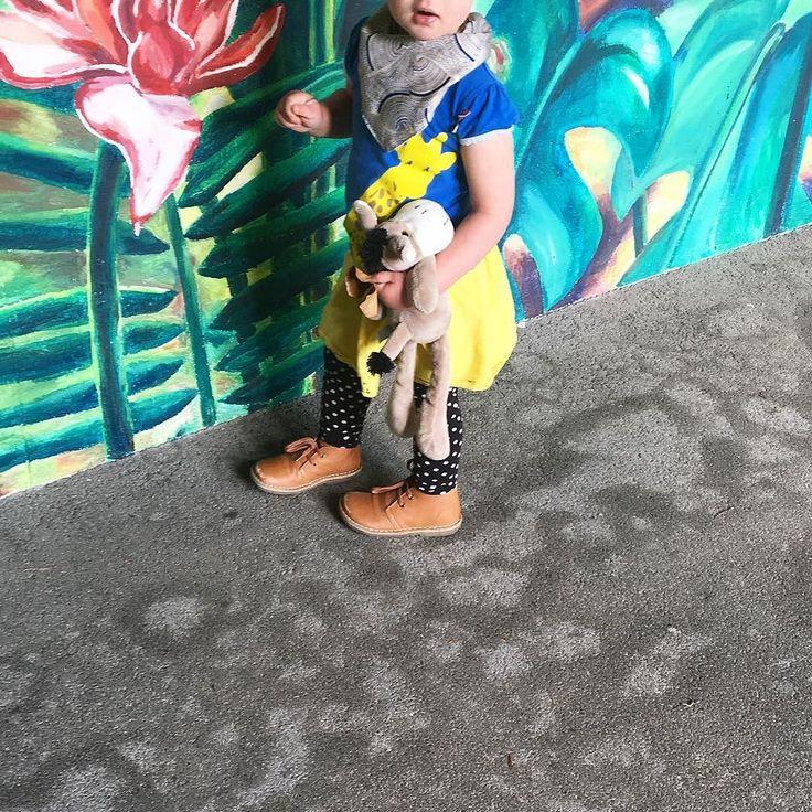 Tag der wilden Tiere. Das Giraffenshirt war heute Pflicht und auf dem Weg zur Arbeit wurden ich auf alle gefährlichen Kreaturen auf der Wand vor der Krippe aufmerksam gemacht. _________________________ #workingmom #giraffe #shirt  @4funkyflavours #pompom #picnik #wallart @picnikbarcelona #pompomshoes #yellow #gelb #yellow