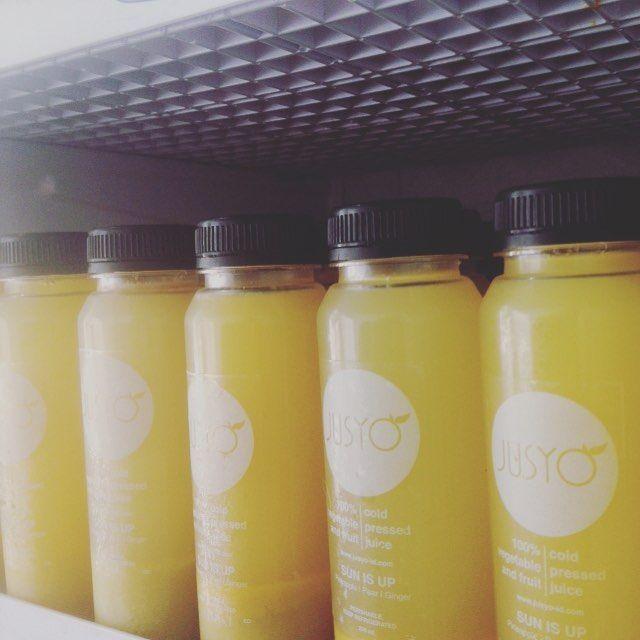 Ini adalah Sun Is Up. Perpaduan antara pineapple pear dan ginger yang murni. Segarkan harimu siap?  Temui #JusyoKiosk di Taman Menteng sampai jam 5 nanti. Kami sedang open booth di #Yogfest2016 nih meneer-noni.. Besok kami masih di sini mulai pukul 07.00!  @yoga_gembira  Berani baik berani sehat!  #Jusyo - Untuk Kebaikan  #jusyo_id #yoga #yogaevent #coldpressedjuice #raw #pure #yogaeverywhere  #yogaeverydamnday #yogaeveryday #yogaindonesia #healthy #healthyliving  #Jakarta #indonesia…