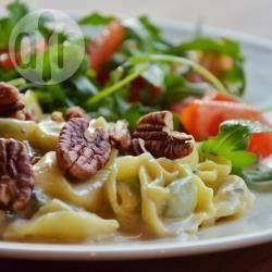 Dit is een heel eenvoudig pastagerecht van tortellini met blauwe kaas en noten. Snel klaar, maar overheerlijk! Serveer het met een eenvoudige, frisse salade voor een volledige maaltijd. Vegetarisch, maar geen mens die het vlees mist ;-)